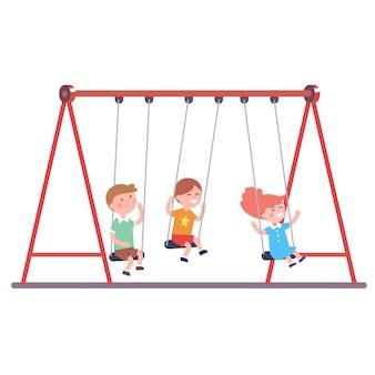 Drie kinderen zwaaien samen op een schommel