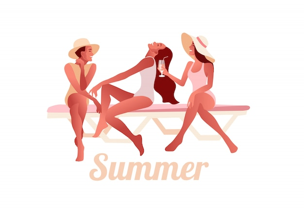 Drie sexy jonge meisjes in zomer hoeden chatten op het strand en cocktails drinken