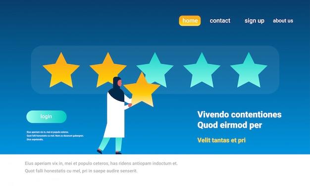 Drie sterren rating arabische vrouw geeft feedback banner
