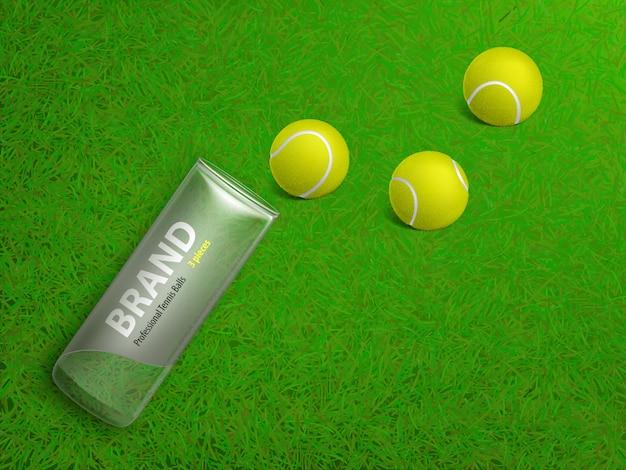 Drie tennisballen en gebrandmerkt plastic geval die op het groene gras van het hofgazon liggen