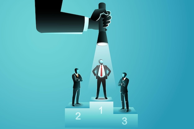 Drie zakenlieden op het podium, een onder hen wordt met een grote hand van bovenaf met een flitser verlicht met behulp van een zaklamp