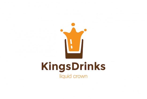 Drink glass splash als crown logo-ontwerpsjabloon. vloeibaar alcoholisch logo concept pictogram