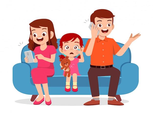 Droevig jong geitjemeisje dat door ouder met smartphone wordt genegeerd