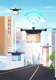 Drones vliegen met kartonnen dozen over slimme stad 5g online netwerk draadloze systeemverbinding express luchtlevering concept