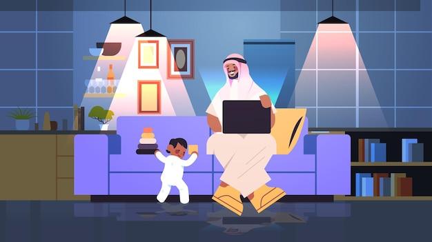 Drukke arabische vader die thuis werkt man met laptop zoontje spelen met speelgoed freelance vaderschap concept horizontale kopie ruimte vectorillustratie
