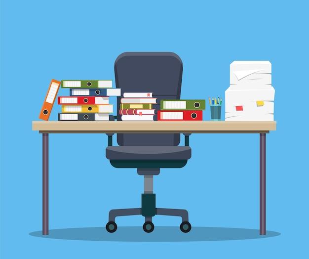 Drukke rommelige kantoortafel. hard werken. kantoorinterieur met boeken, mappen, papieren op tafel en bureaustoel.