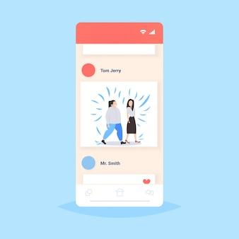 Dunne en dikke vrouwen bespreken tijdens het lopen meisjes paar discussie vriendschap obesitas concept smartphone scherm online mobiele applicatie