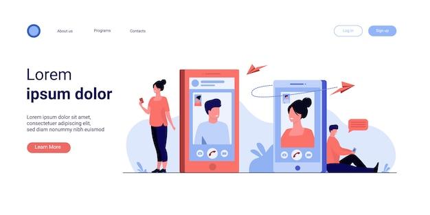 Echtpaar met smartphones praten via videogesprek