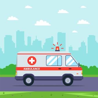 Een ambulance rijdt op een telefoontje tegen de achtergrond van een stadsgezicht. vlakke afbeelding.