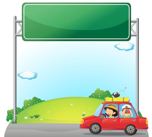 Een auto bestuurd door een vrouw bij een leeg bord