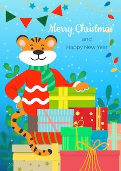 Een blije tijger in een trui feliciteert iedereen met een berg cadeaus met kerstmis en nieuwjaar