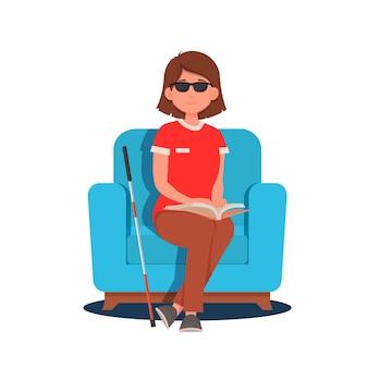 Een blind meisje met een handicap leest een brailleboek terwijl ze in een stoel zit