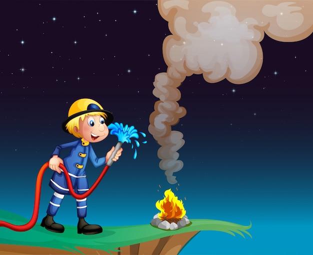Een brandweerman met een waterslang