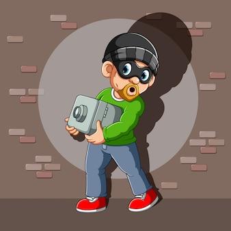Een dief die een kluis in zijn handen heeft gestolen