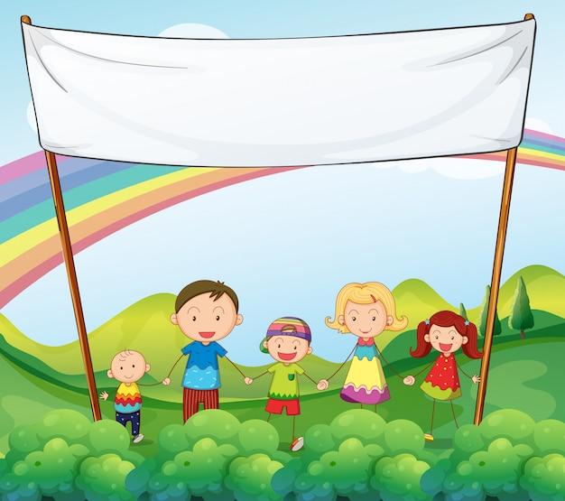 Een familie in de tuin met een lege banner