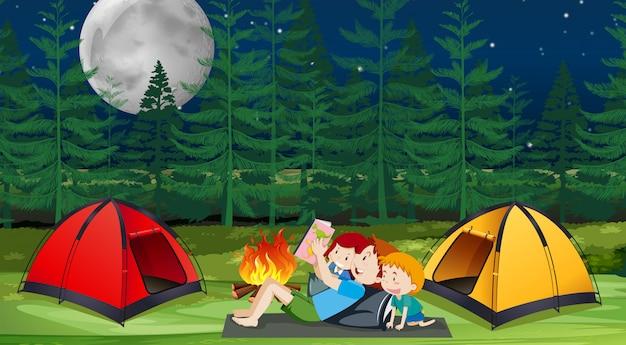 Een familie kamperen in het bos
