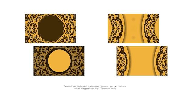 Een geel visitekaartje met een luxe bruin patroon voor je contacten.