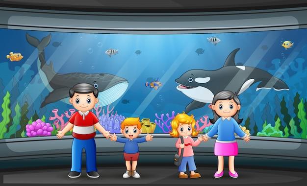 Een gelukkig gezin op zee aquarium