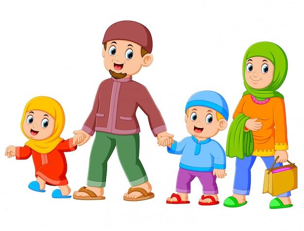 Een gelukkig gezin wandelt samen met hun nieuwe kleding voor het vieren van ied mubarak