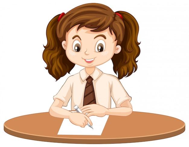Een gelukkig meisje dat op het bureau schrijft