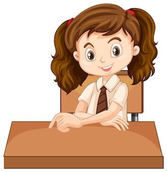 Een gelukkig meisje dat op het bureau zit