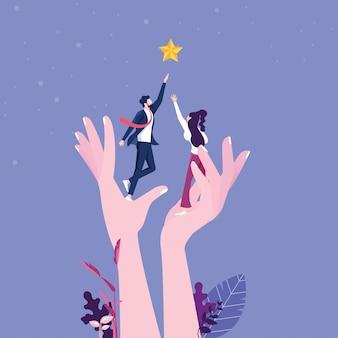 Een gigantische hand helpt een zakenman om uit te reiken naar de sterren