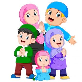 Een groep moslimfamilies viert samen ied mubarak