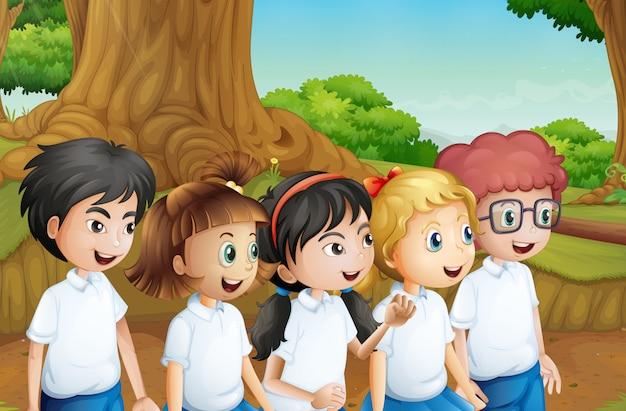 Een groep studenten in het bos