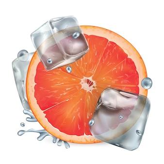 Een halve grapefruit met ijsblokjes en waterdruppeltjes