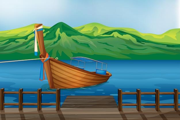 Een houten boot die bij de zeehaven wordt gebonden