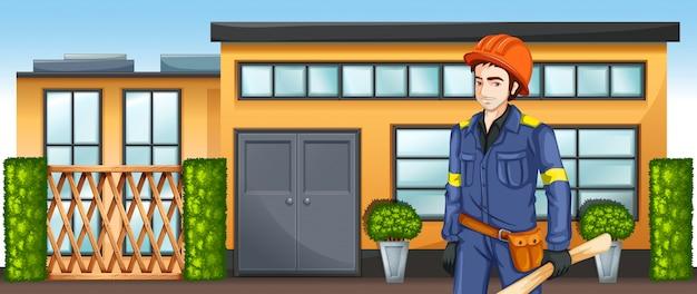 Een ingenieur met een schetsplan staat voor het gebouw