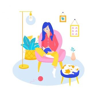 Een jong meisje in een comfortabele stoel thuis, leest een boek in een modern interieur, een kat slaapt voor een trekje. thuis lezen, concept hobby leesboeken.