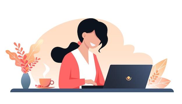 Een jonge gelukkige vrouw werkt op een laptop, herfst werkplek interieur, werk vanuit huis, freelance