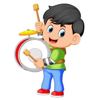 Een jongen die grote trommels speelt