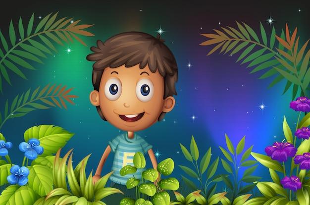 Een jongen die in de tuin glimlacht
