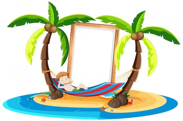Een jongen die onder kokospalm rust