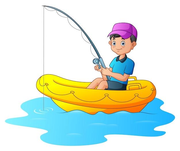 Een jongen die op de opblaasbare boot vist