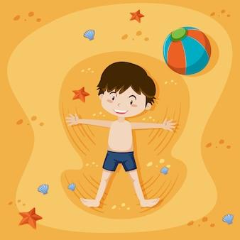 Een jongen die speelt op het zandstrand