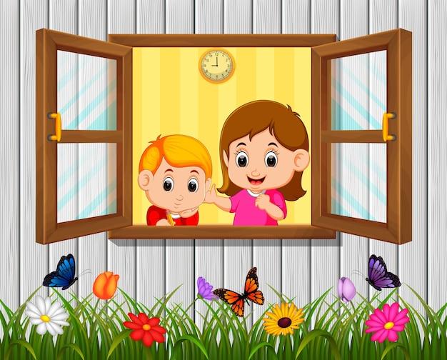 Een jongen en een moeder bij het raam