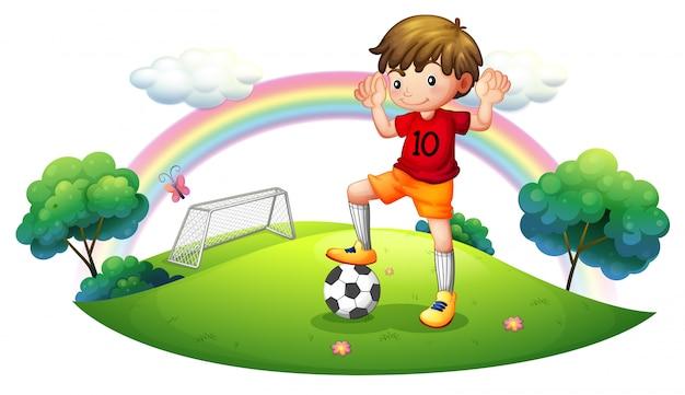 Een jongen in een voetbalveld