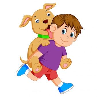 Een jongen met een paarse doek en een rode broek is verrast met zijn schattige hond