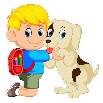 Een jongen met rugzak zak knuffelen zijn hond