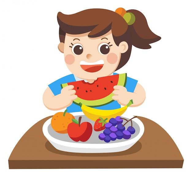 Een klein meisje blij om friuts te eten. ze houdt van friuts. geïsoleerd