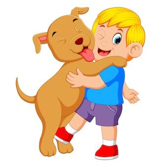 Een kleine jongen speelt en houdt zijn grote hond vast