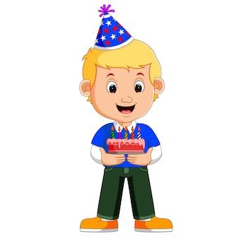 Een lachende jongen met cake