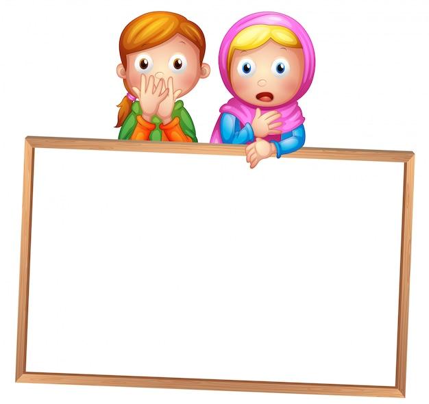 Een leeg ingelijst wit bord met twee meisjes