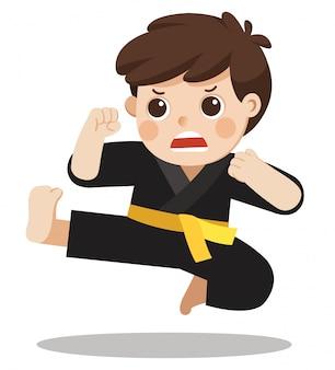 Een leuke jongen die zijn karatebewegingen laat zien.