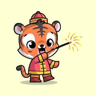 Een leuke tijger in een chinese outfit speelt vuurwerk