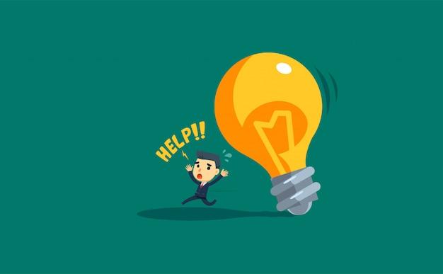 Een lopende zakenman en een vallende gigantische lamp