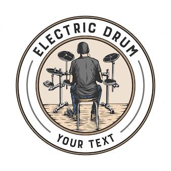 Een man die elektrische drums speelt in de stijl van een badge-ontwerp